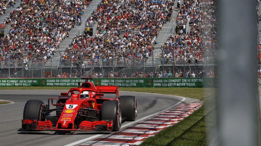 Vettel pintou o arranque de vermelho. Foto: EPA