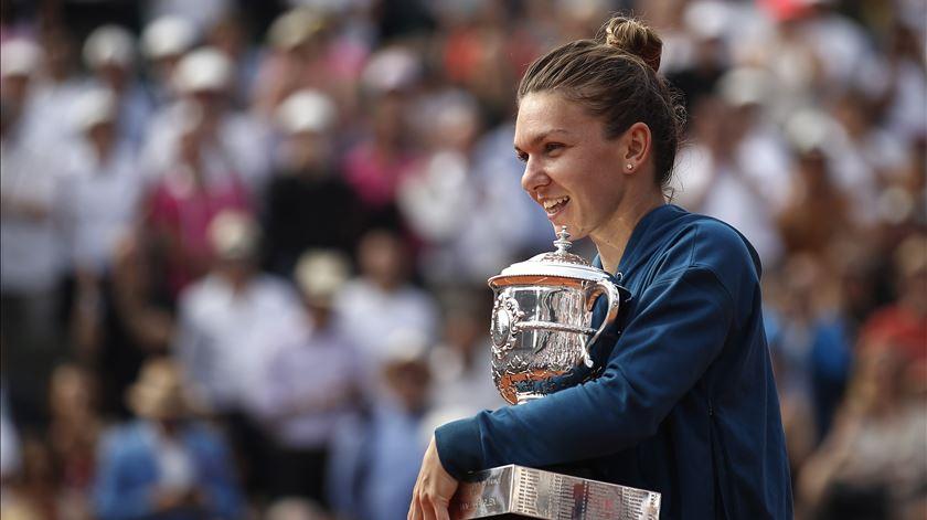 """Halep venceu em Roland Garros e continua no primeiro lugar do """"ranking"""" mundial. Foto: EPA"""
