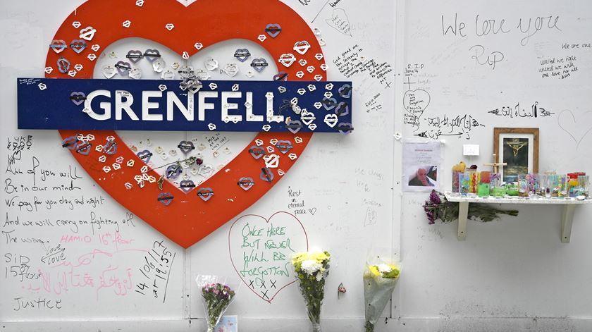 Homenagens às vítimas do incêndio da Torre Grenfell.  Foto: Neil Hall/ EPA