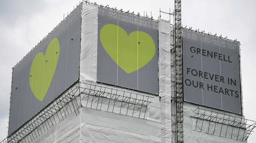 """A cor verde substitui hoje o negro deixado pelo fogo, traduzindo a esperança de quem perdeu gente e/ou bens no fogo. A campanha """"Verde por Grenfell"""" foi criada por um grupo de sobreviventes. Foto: Neil Hall/ EPA"""
