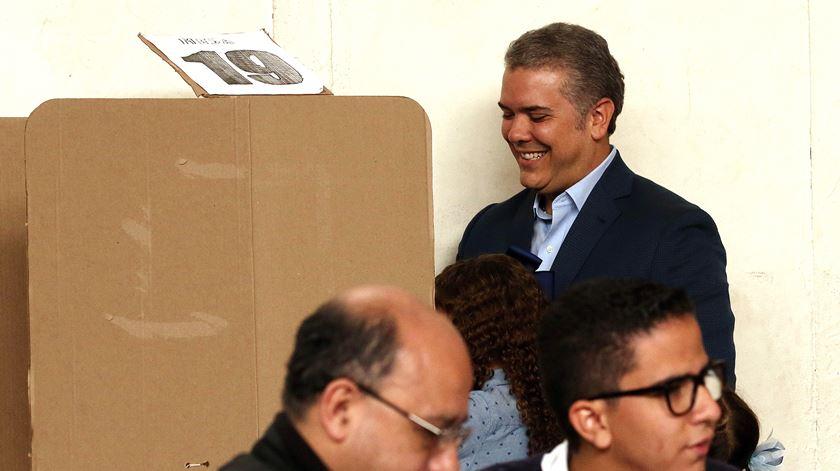 """Delfim"" de Uribe vence presidenciais na Colômbia"