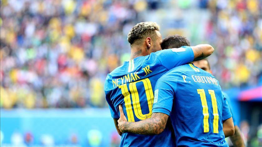 Brasil agarra-se ao Mundial pelos pés de Coutinho e Neymar