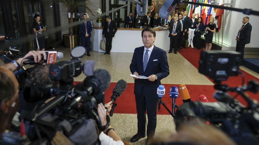 """Giuseppe Conte, líder de um governo - o de Itália - cuja ação o """"Movimento"""" segue com particular atenção. Foto: Olivier Hoslet/EPA"""