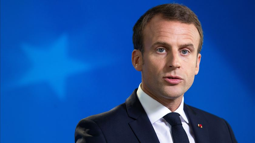 "Pressionado pelos ""coletes amarelos"", Macron vai fazer ""anúncios importantes"""