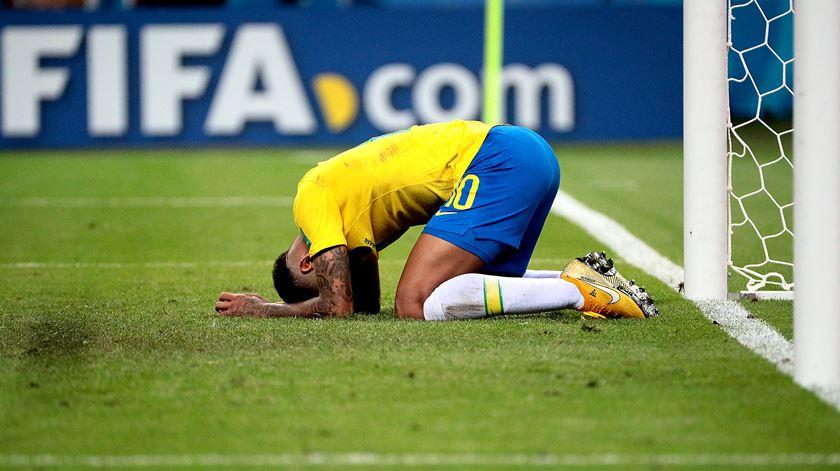Neymar inconsolável após eliminação frente à Bélgica. Foto: Wallace Woon/EPA
