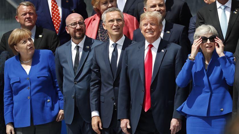 """Trump diz que """"Alemanha está prisioneira da Rússia"""" e leva resposta de Merkel"""