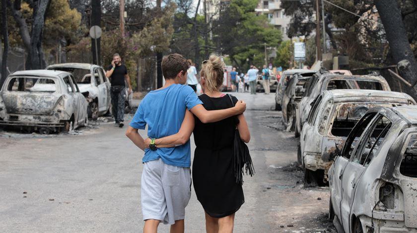 """""""Corremos para a praia"""". Sobreviventes relatam como fugiram ao fogo na Grécia"""