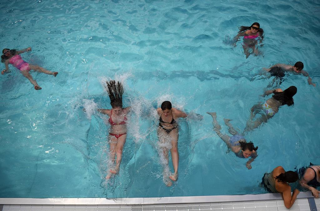 As piscinas fecham pelo menos 15 dias.  Foto: EPA