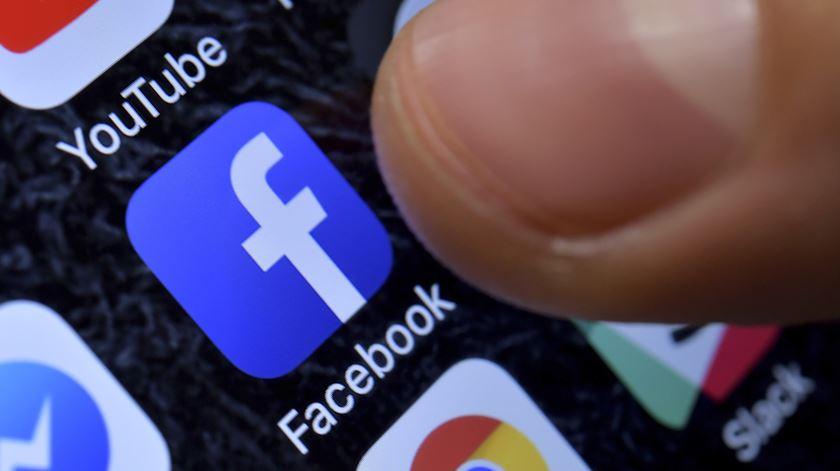 Redes sociais ligadas ao Facebook em baixo em todo o mundo. Foto: Sascha Steinbach/EPA