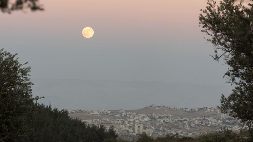 Lua sobre a aldeia palestiniana de Umm Tuba, nos arredores de Jerusalém Foto: Jim Hollander/EPA