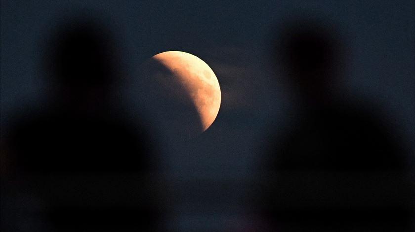 Eclipse total da Lua em Varsóvia. Foto: Radek Pietruszka/EPA