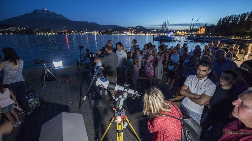 Pessoas preparam-se para testemunhar o eclipse lunar, no Lago Lucerna, Suíça. Foto: Urs Flueeler/EPA