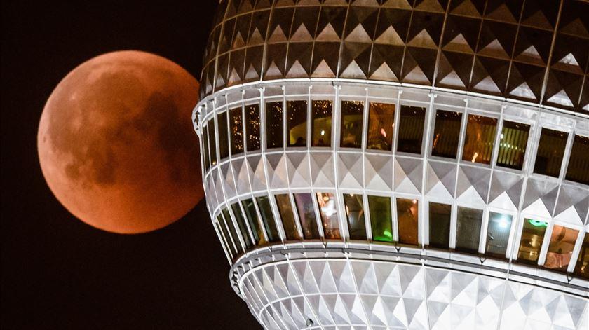 Lua ao lado da Torre de Televisão, Berlim. Foto: Clemens Bilan/EPA