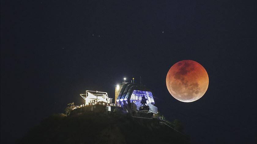 Maior eclipse lunar do século no Rio de Janeiro. Foto: antónio Lacerda/EPA