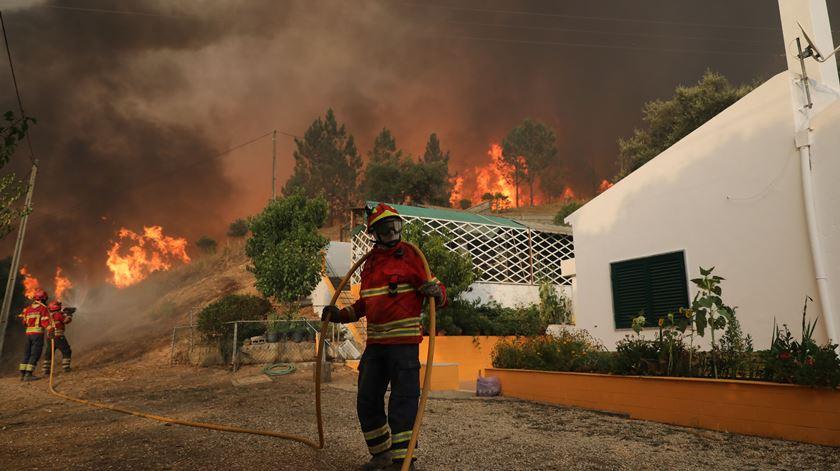 Fogo sem controlo em Monchique