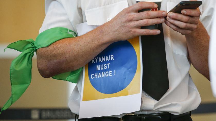 Parlamento recomenda ao Governo que faça a Ryanair aplicar a lei portuguesa