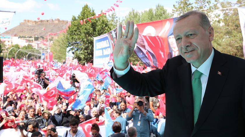 Apoio a Erdogan dispara depois de invasão do nordeste da Síria