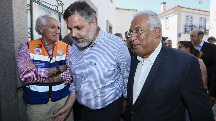 António Costa e presidente da câmara de Monchique Rui André visita Monchique Foto: Luís Forra/Lusa