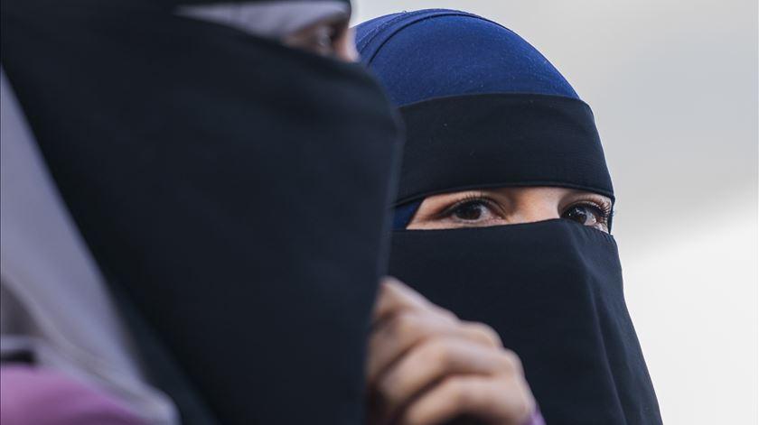Estima-se que existem entre 200 e 400 mulheres que usam burca ou niqab na Holanda. Foto: Martin Sylvest/EPA