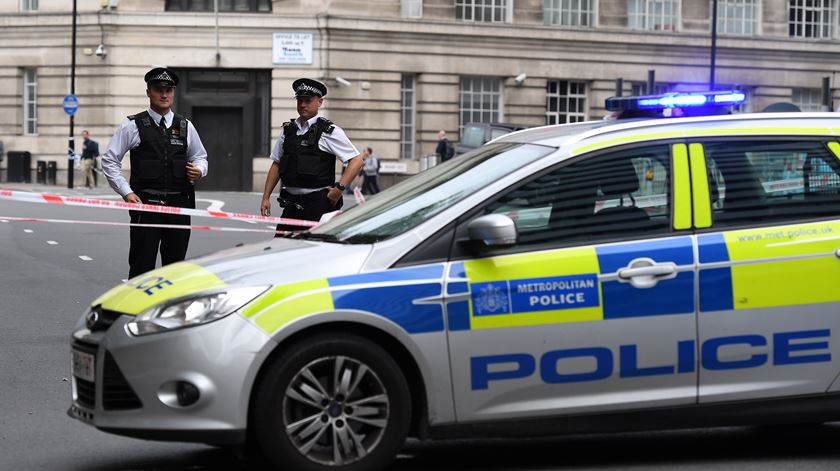 Londres. Carro embate contra barreira de segurança do Parlamento e faz três feridos