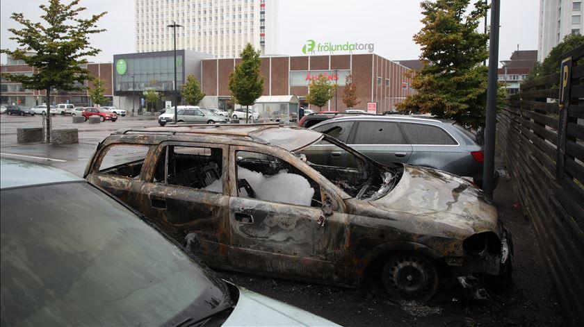Jovens encapuzados incendeiam dezenas de carros na Suécia
