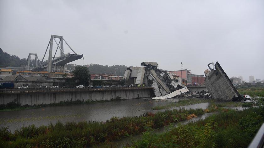 As primeiras imagens do colapso da ponte em Génova