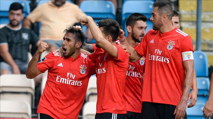 Benfica espanta fantasmas do Bessa e assume a liderança