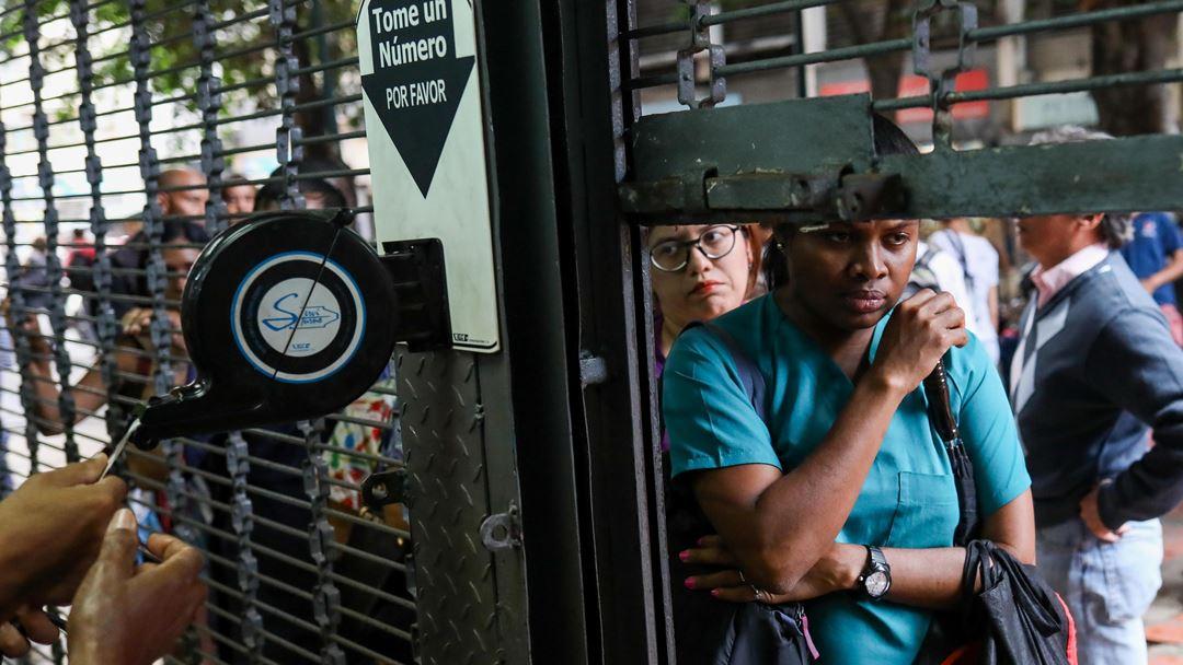 Pessoas na fila para fazer compras em Caracas Venezuela Foto: Cristian Hernandez/EPA