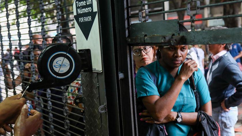 Pessoas na fila para fazer compras em Caracas, Venezuela. Foto: Cristian Hernandez/EPA