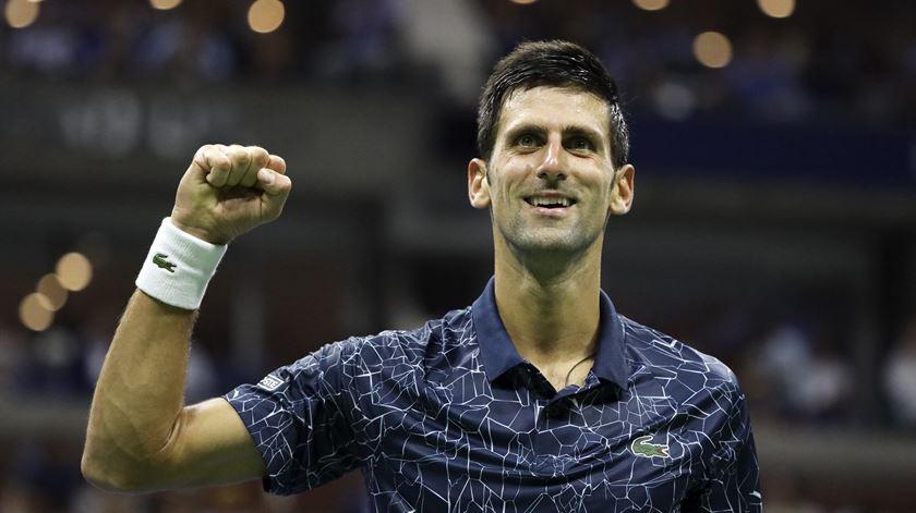 Djokovic sobe ao segundo lugar e aproxima-se de Nadal na liderança