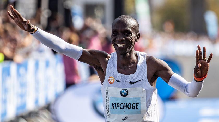 Eliud Kipchoge faz história. Há um novo recorde mundial da maratona