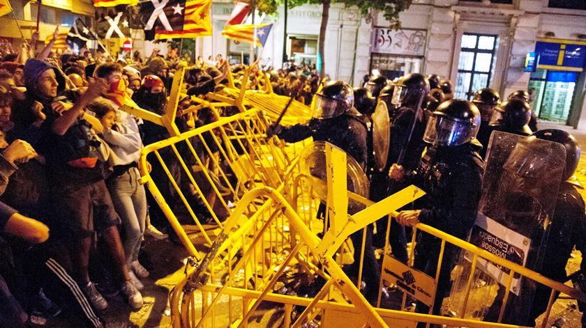 Polícia carrega sobre manifestantes em frente ao Parlamento de Barcelona