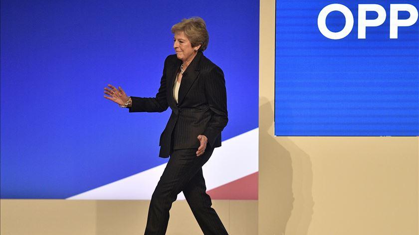May dança e pede apoio ao seu partido para o Brexit