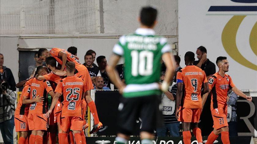 Montero observa os festejos de um dos quatro golos do Portimonense. Foto: Filipe Farinha/Lusa