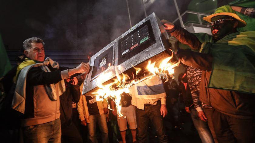 Apoiantes de Bolsonaro saem à rua em protesto contra o voto eletrónico