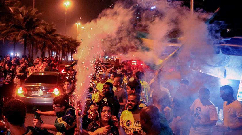 """""""Ele não"""" ou """"fora PT"""". Brasileiros divididos após resultados da primeira volta"""