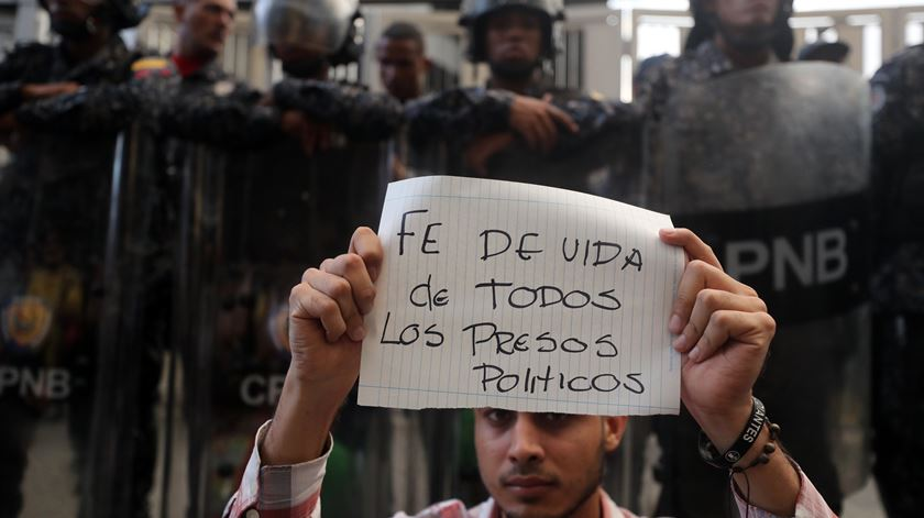 Opositor de Maduro morre na sede da polícia e gera protestos na Venezuela