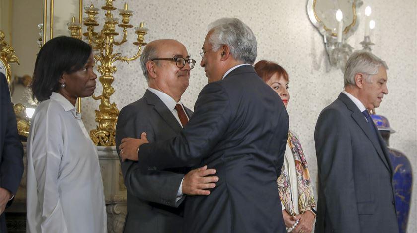 Azeredo Lopes e António Costa abraçam-se, esta sexta-fiera, na tomada de posse da PGR. Pouco depois, era conhecida a demissão do ministro.Foto: José Sena Goulão/Lusa