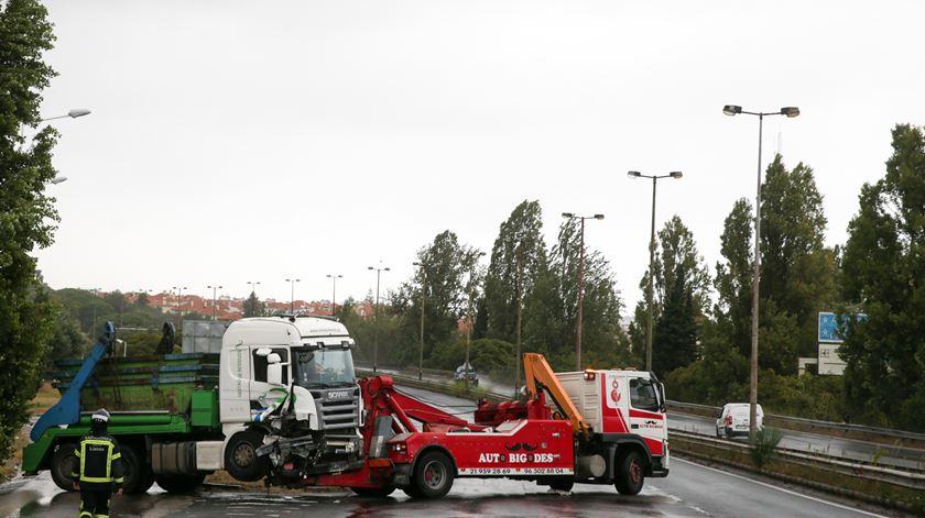 """Acidente na 2ª circular. """"Agente travou camião com a própria viatura"""""""