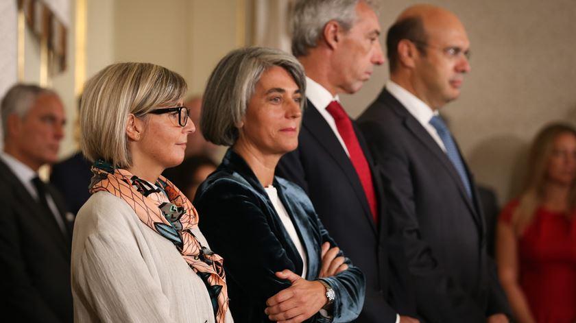"""Quatro ministros tomam posse. Costa destaca """"dinâmica renovada"""""""