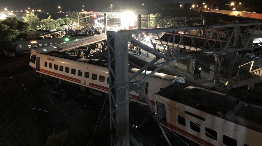 Descarrilamento de comboio em Taiwan faz mais de 20 mortos