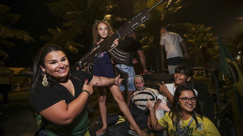 Festejos e lágrimas. As imagens de um Brasil dividido