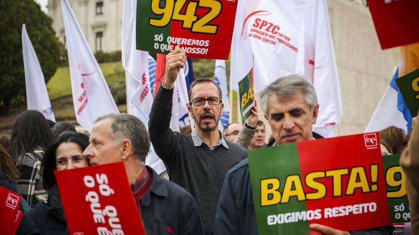 Professores ameaçam com greve em outubro ao trabalho em excesso