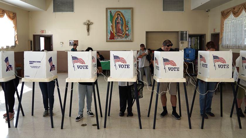 Assembleias de voto começaram a fechar nos EUA
