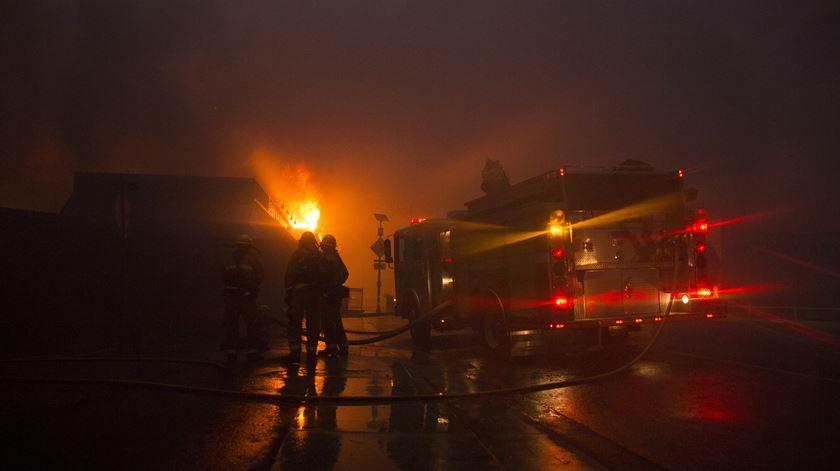 Incêndio na Califórnia. Milhares fogem por estradas em chamas