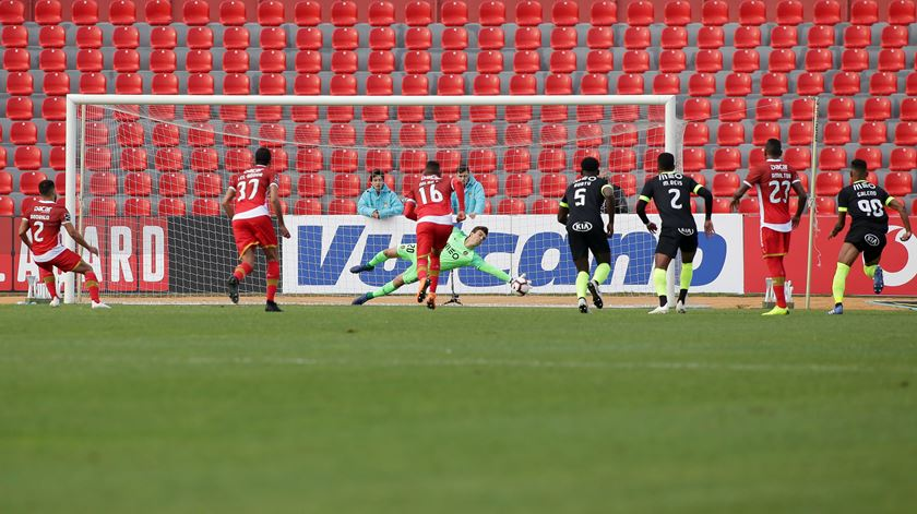 Rodrigo Soares marca penalti para o Aves. Foto: Estela Silva/Lusa