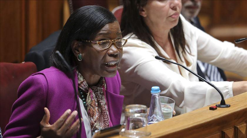 """""""Sei zero"""". Ministra da Justiça irrita-se com pergunta sobre Tancos"""