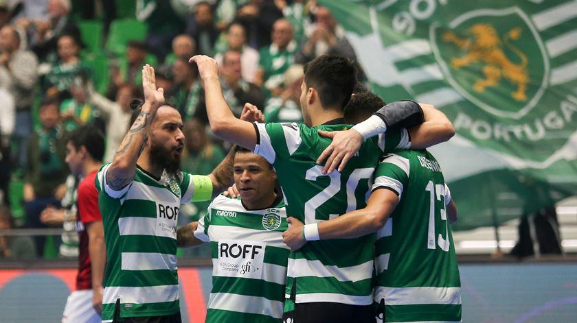 Deo, o mais baixo, está feliz pela renovação pelo Sporting. Foto: Miguel A. Lopes/Lusa