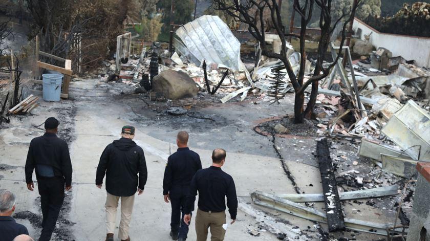 Trump visita cidade destruída pelos incêndios na Califórnia