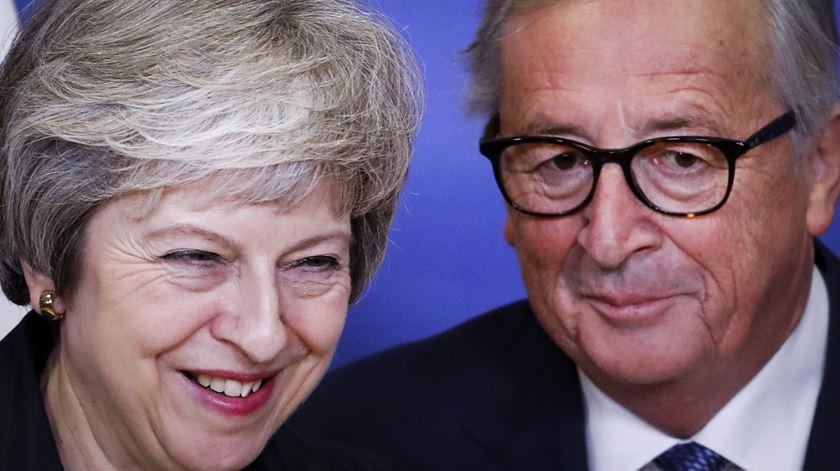 """UE disponível para """"clarificar"""" acordo de Brexit mas não para o renegociar"""